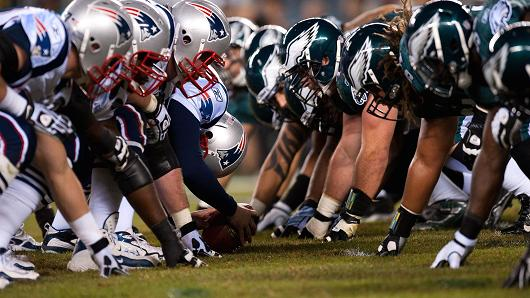 The New England Patriots and Philadelphia Eagles line up before a snap.